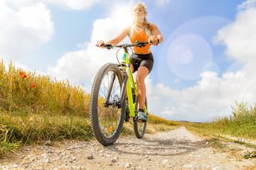 jeune femme athlétique en vtt