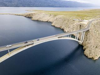 Vista aerea del ponte dell'isola di Pag, Croazia, strada. Scogliera a picco sul mare. Auto che attraversano il ponte viste dall'alto