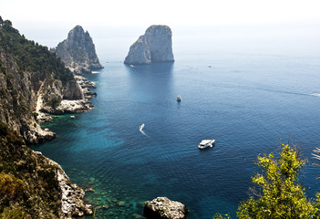 Blick von den Giardini di Augusto auf die Südküste und die Felsengruppe der  Faraglioni, Insel Capri, Provinz Neapel, Napoli, Kampanien, Campagna, Italien, Italia