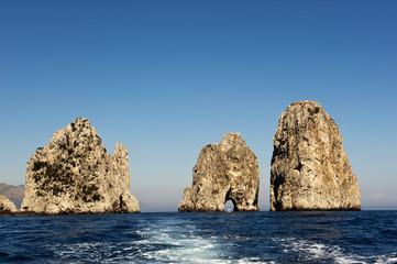 Felsgruppe der Faraglioni von See aus gesehen, Südküste, Insel Capri, Provinz Neapel, Napoli, Kampanien, Campagna, Italien, Italia