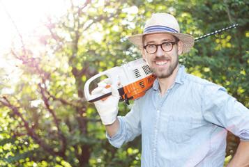 Mann bei der Gartenarbeit mit einer Heckenschere