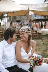 Brautpaar auf Outdoor Boho Hochzeit