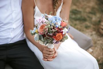 Braut hält Blumenstrauss Vintage Wedding