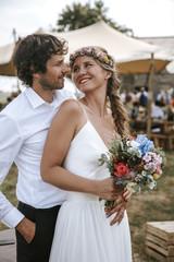 Hochzeitspaar auf Boho Outdoor Wedding