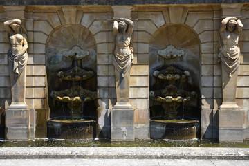 Fontaine à cariatide et atlante