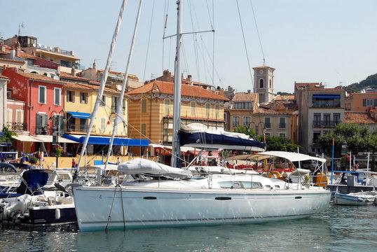 Ville de Cassis, le vieux port, ses bateaux et façades colorées, département des Bouches-du-Rhône, Provence, France