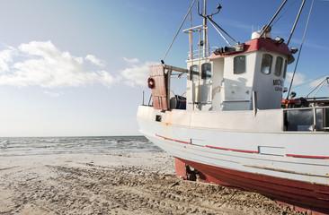 Fischkutter am Strand von Lökken, Jammerbugten, Nordjütland, Dänemark