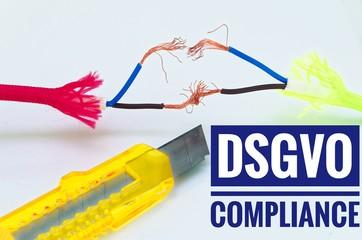 Bunte Kabel die getrennt und notdürftig geflickt wurden und einem Cuttermesser mit Aufschrift DSGVO Compliance