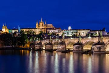 Prag – Karlsbrücke  und Veitsdom zur Blauen Stunde