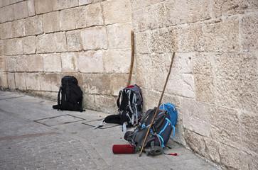 Rucksäcke von Pilgern bei der städtischen Pilgerherbege, Burgos, Kastilien, Station auf dem Jakobsweg, Camino de Santiago