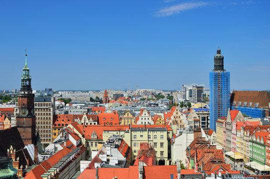 Wrocławska Starówka widziana z góry, dachy, kamienice i uliczki.