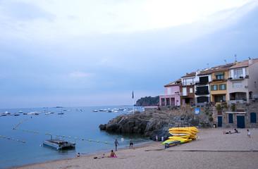 Strand mit gelben Kajaks in Calella de Palafrugell an der Costa Brava, Katalonien, Spanien