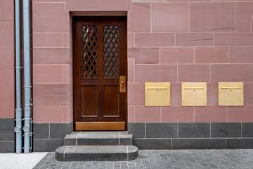 Hauseingang mit Holztür