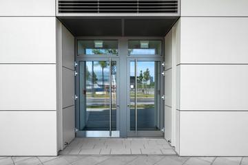 Tür mit Glaseinsatz und Spiegelung  Eingang in Gebäüde