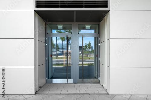 Tur Mit Glaseinsatz Und Spiegelung Eingang In Gebaude Stock Photo