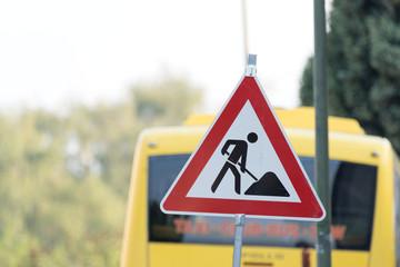 Ein Verkehrsschild mit dem Hinweis auf eine Baustelle