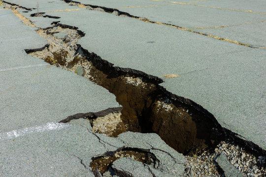 地震でひび割れた道路