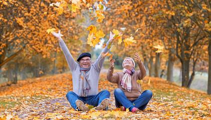 Freude über buntes Laub im Herbst