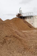 ein großer Haufen organischer Dünger als Gärrest einer Biogasanlage