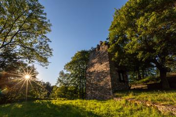 Sonnenuntergang an einer Burgruine in Thalitter