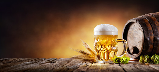 Photo sur Plexiglas Biere, Cidre Beer Mug With Wheat And Hops In Cellar With Barrel