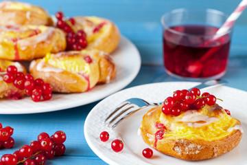 Pudding Schnecken Kuchen mit Johannisbeeren Obst auf Holz Hintergrund türkis