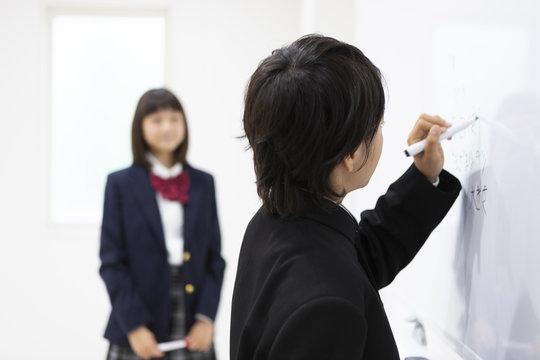 ディスカッションする中学生