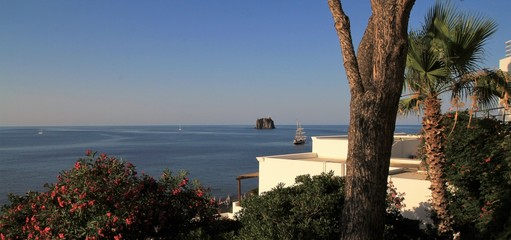 rocher du Strombolicchio vue depuis l'île de Stromboli