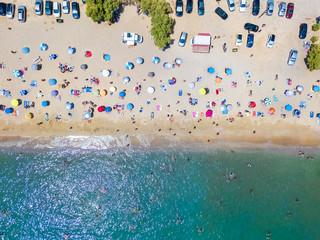Wall Mural - Luftaufnahme eines überfüllten Strandes and der Südküste von Athen mit bunten Sonnenschirmen und zahlreichen Leuten