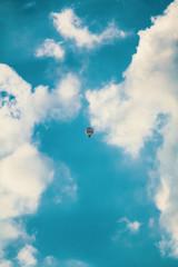 ein heißluftballon hoch oben in den wolken