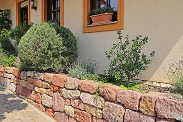 Vorgarten mit Trockenmauer, Natursteinmauer
