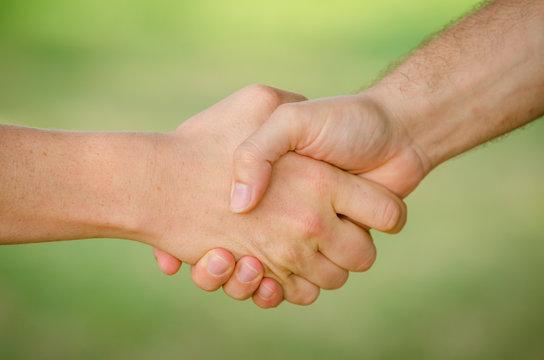 Freunde geben sich die Hand