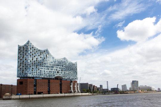 Elbphilharmonie in Hamburg von der Wasserseite mit Hafencity im Hintergrund