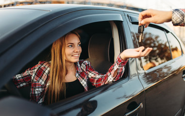 Fototapete - Male hand gives the car keys to female driver