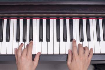 Piyano çalan çocuk elleri, tuşlar, piyano,