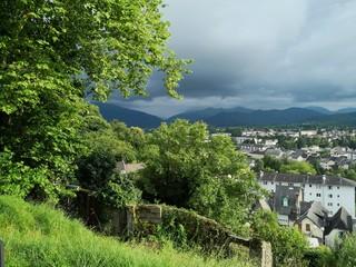 Stadtansicht von Oloron Sainte Marie in den Pyrenäen, Frankreich bei schönem Sonnenschein