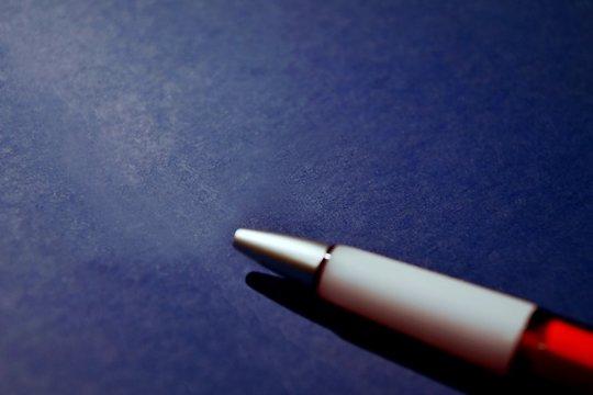 Kugelschreiber auf einer Bewerbungsmappe