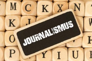 Holzbuchstaben und Journalismus