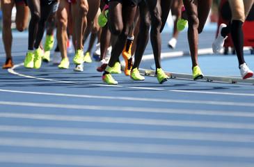 Coureurs de 5000m sur une piste d athlétisme