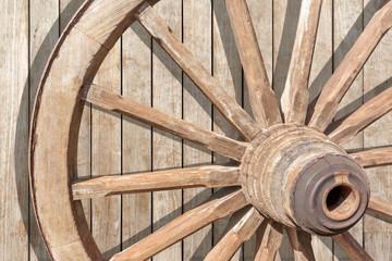 roue de charrette authentique sur fond bois