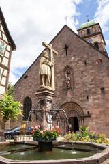 Foto op Plexiglas Fontaine Kaysersberg. Fontaine Constantin et église sainte Croix, Alsace, Haut Rhin. Grand Est