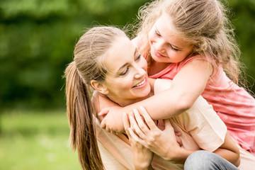 Mutter wird umarmt von Tochter