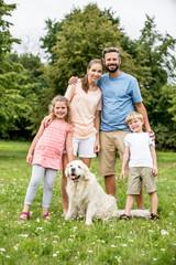 Glückliche Familie und Hund