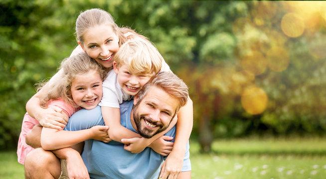 Familie und Kinder haben Spaß im Sommer