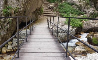 Ponte di legno in mezzo alla roccia
