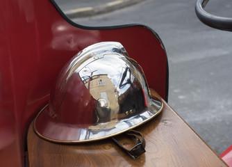 casque sur un véhicule de pompier de collection