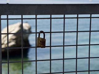 Ein Liebesschloss hängt auf einer Brücke