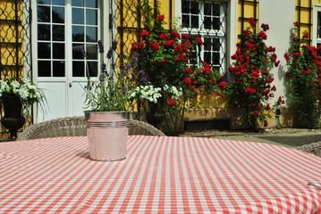 Obraz Stół w ogrodzie - fototapety do salonu
