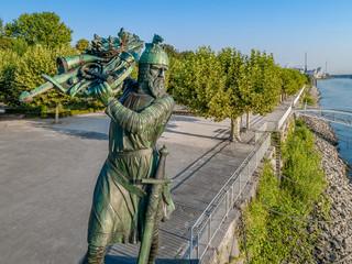 Hagen von Tronje versenkt Nibelungenschatz im Rhein - Denkmal in Worms