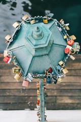 Love cadenas lampadaire